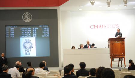 Les enchérisseurs (en salle, au téléphone et sur Internet) étaient nombreux lors de cette vente destinée à récolter des fonds pour la Fondation franco-japonaise FERE et Médecins du Monde Japon.