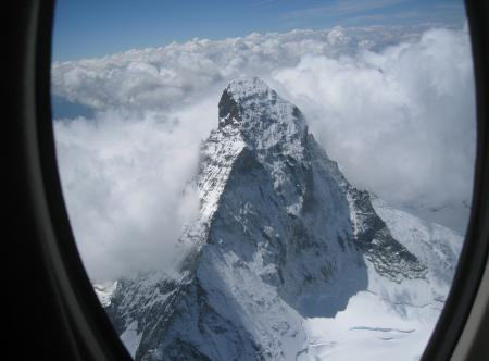 Vue magique des Alpes depuis un hublot du Cessna Citation Mustang.