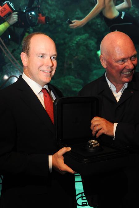S.A.S. Le Prince Albert II de Monaco et Jean-Claude Biver, CEO de Hublot avec l'incroyable montre de plongée Oceanographic 4000 ©Cyrille Margarit - Artman Agency