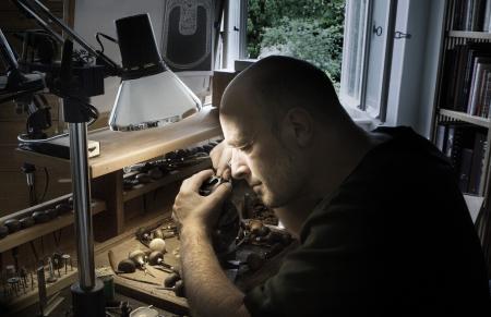 Le maître graveur Jean-Vincent Huguenin en plein travail.