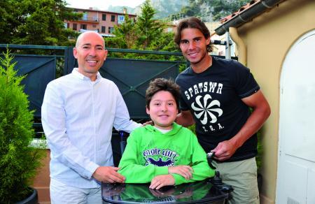 Luc Pettavino, Président de l'Association Monégasque contre les Myopathies, avec son fils et Rafael Nadal en avril à Monaco.