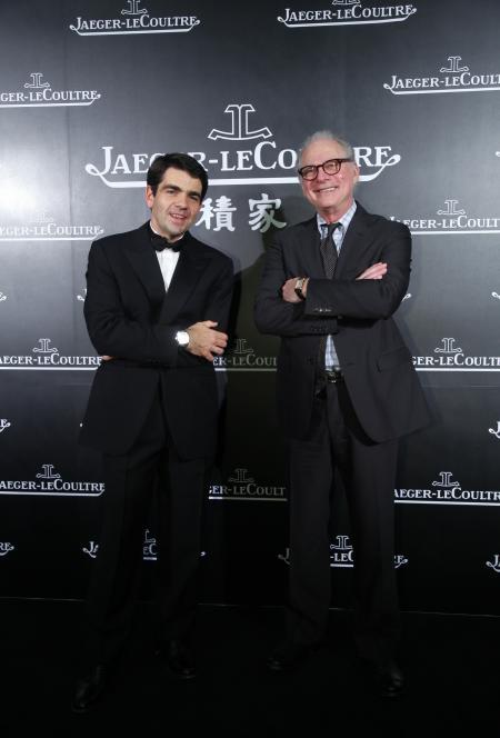 Jérôme Lambert, PDG de la Manufacture Jaeger-LeCoultre, avec le réalisateur, scénariste et producteur américian Barry Levinson lors de la soirée d'ouverture du 14ème Festival international du film de Shanghai le 11 juin 2011.