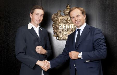 Le jeune cavalier Martin Fuchs et Jean-Frédéric Dufour, CEO de la manufacture horlogère Zenith.