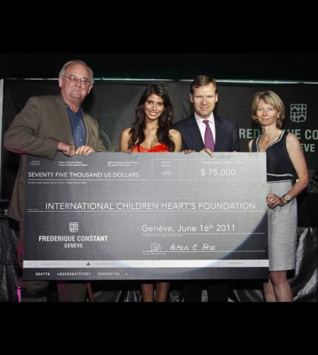 Un chèque de 75 000 dollars a été remis au professeur Dr. Bill Novick de la fondation Children's Heart, ici entouré de Nicole Faria, Peter et Aletta Stas.