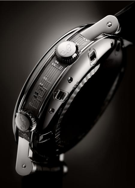 Gros plan sur la carrure du boîtier, gravée d'une portée musicale, du garde-temps créé par Breguet pour Only Watch 2011.