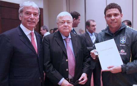 Jean-Marc Jacot (CEO de Parmigiani Fleurier SA), Ricardo Teixeira (Président de la CBF) et Ronaldo avec la première montre Pershing Spéciale CBF.