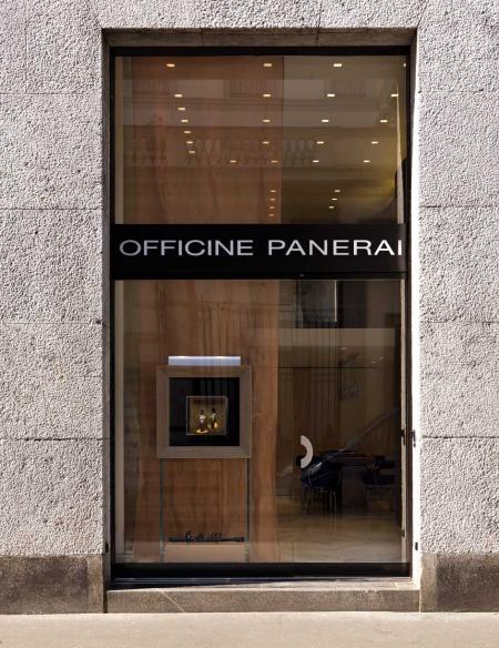 Entrée de la boutique Officine Panerai, située en plein coeur du célèbre Quadrilatero à Milan.