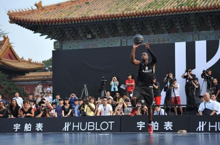 Le nouvel ambassadeur Hublot, Dwyane Wade, a marqué des paniers pour 1 million RMB qui seront reversés à The One Foundation.
