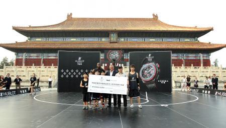 Au nom de Hublot et de la Wade's World Foundation, ce chèque de 1 miillion RMB sera reversé à The One Foundation pour soutenir un programme d'aide aux enfants en Chine.
