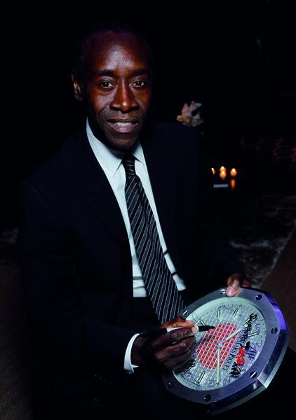 L'acteur Don Chaedle a ausi signé l'une des 40 pendules Audemars Piguet vendues aux enchères en faveur de la Croix Rouge japonaise.