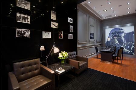 Pour découvrir confortablement les collections de montres Bell & Ross, la boutique dispose d'un salon chaleureux.