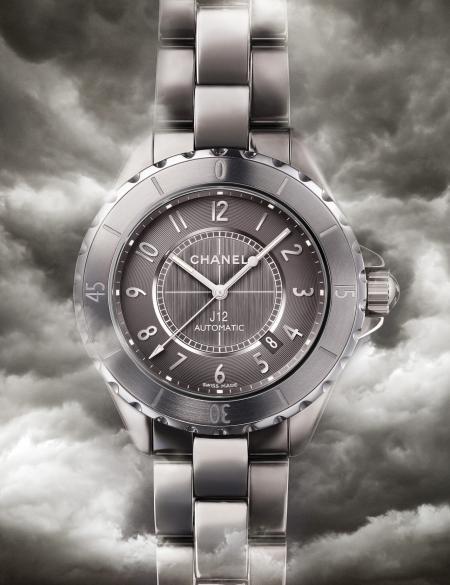 La J12 Chromatic en céramique de titane : une montre aux reflets changeants.