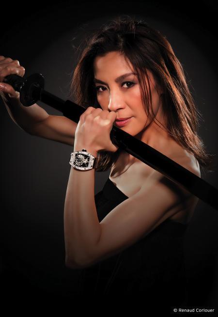 Michelle Yeoh et la RM051 Phoenix-Michelle Yeoh : toutes deux symboliques de grâce, de beauté et de force comme l'oiseau mythique. ©Renaud Corlouer