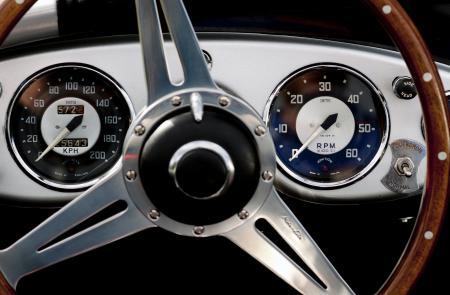 Pour créer le cadran des séries limitées Oris RAID 2011, les designers d'Oris se sont inspirés du tableau de bord de l'Austin Healey 100M, 1953.