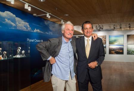 Le photographe écologiste Yann Arthus-Bertrand avec Stephen Urquart, Président d'OMEGA.