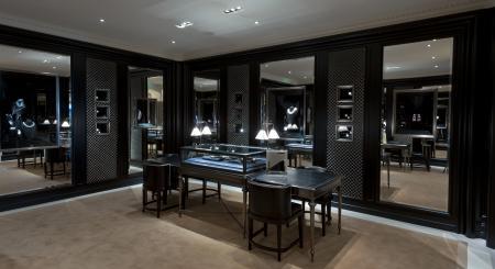 Intime et luxueux, le salon dédié à la joaillerie de la boutique Ralph Lauren avenue Montaigne se déploie sur 50 mètres carrés et présente aussi les collections de garde-temps emblématiques de la marque.