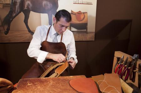 Le Salon Les Montres est également l'occasion de découvrir comment Hermès fabrique ses bracelets en cuir piqué sellier.
