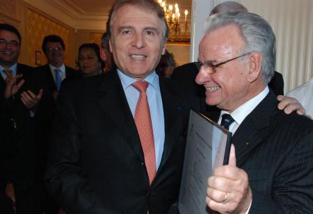 François Thiébaud, le Président de Tissot, reçoit le prix catégorie 'Entreprise - classique' du Concours International de Chronométrie 2011.