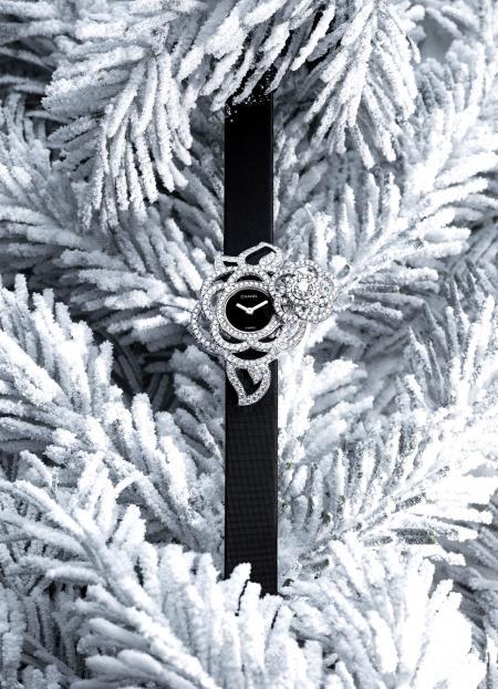 Chanel Joaillerie - Montre à secret Camelia Brodé en or blanc serti de 283 diamants. Montre ouverte.