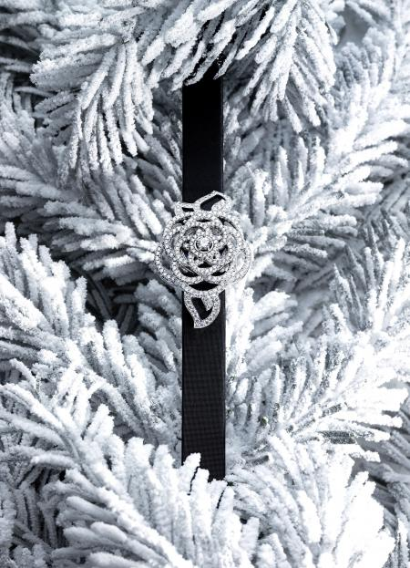 Chanel Joaillerie - Montre à secret Camelia Brodé en or blanc serti de 283 diamants. Montre fermée.