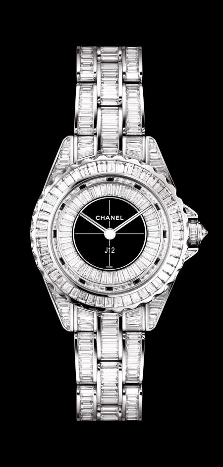 Chanel - Montre J12 29mm en or blanc serti de diamants taille baguette.