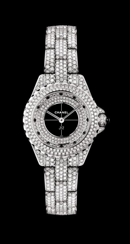 Chanel - Montre J12 29mm en or blanc serti de diamants ronds.