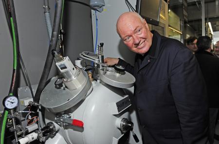 Jean-Claude Biver, CEO de Hublot, dans les locaux du département Métallurgie de la manufacture.
