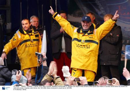 Arrivée victorieuse à Brest de Loïck Peyron et de son équipe à bord du Maxi Trimaran Banque Populaire V.