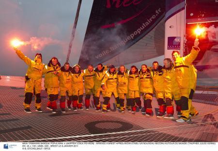 L'équipe du Maxi Banque Populaire V à leur arrivée à Brest. Fière d'avoir établi un nouveau record autour du monde (Trophée Jules Verne).