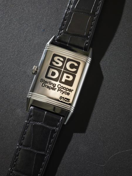 La Grande Reverso Ultra Thin Tribute to « Mad Men » arbore côté fond le logo de l'agence de publicité Sterling Cooper Draper Pryce.