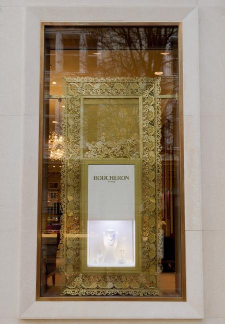 Nouvelle vitrine extérieure de la boutique Boucheron de New Bond Street à Londres.