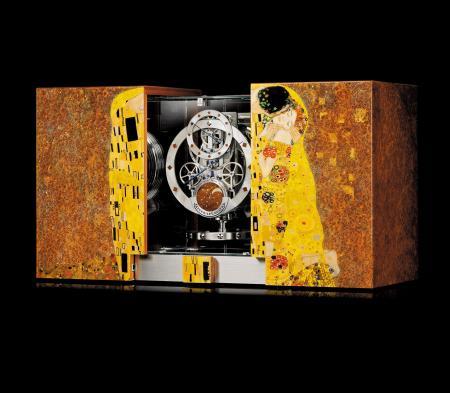 Par le biais d'un bouton dissimulé dans le décor, le cabinet s'ouvre sur la pendule Atmos.