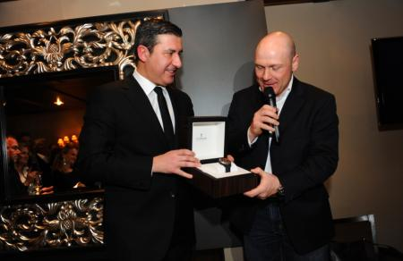 Antonio Calce, CEO de Corum, remet à Didier Cuche, ambassadeur Corum, son exemplaire de l'Admiral's Cup qui lui rend hommage.