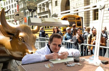 Un horloger à son établi, au coeur de New York.