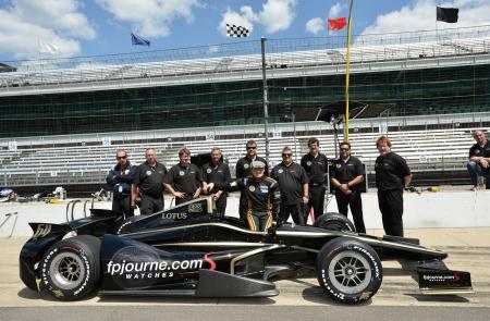 Jean Alesi avec sa Lotus et l'équipe de l'écurie Fan Force United à Indianapolis.