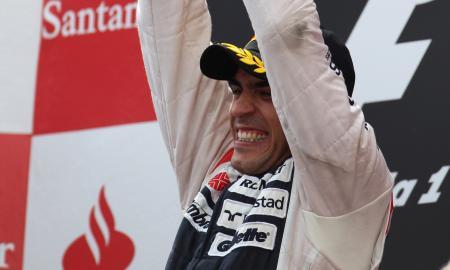 Pastor Maldonado sur la première marche du podium du Grand Prix d'Espagne.