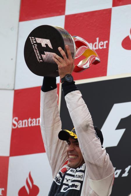 Pastor Maldonado sur la première marche du podium du Grand Prix d'Espagne avec, au poignet, sa montre Oris TT3 Chronograph Black.