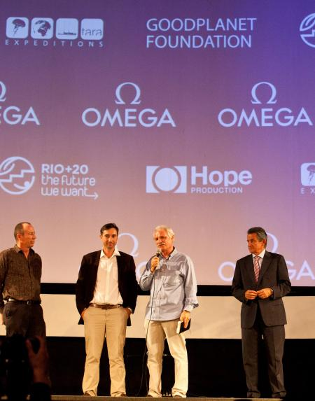 David Hannan, chef cameraman, Michael Pitiot et Yann Arthus-Bertrand, réalisateurs du film Planet Ocan, avec Stephen Urquart, Président d'Omega.