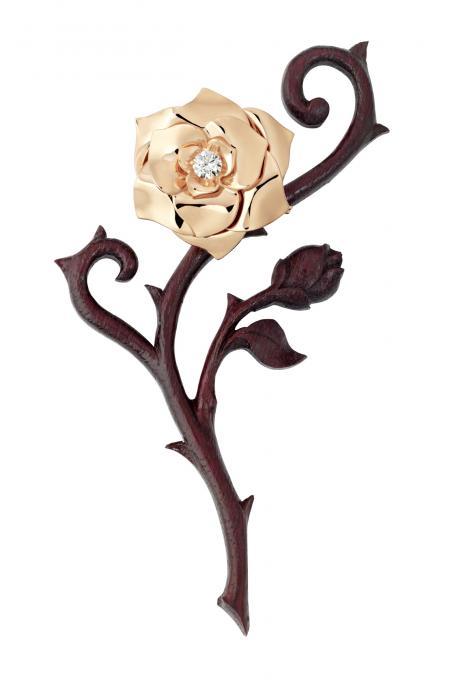 Le Trophée Piaget est une rose en or rose. Ici elle est clippée sur une tige stylisée réalisée à la main par un sculpteur-artiste Suisse dans du bois d'amarante.