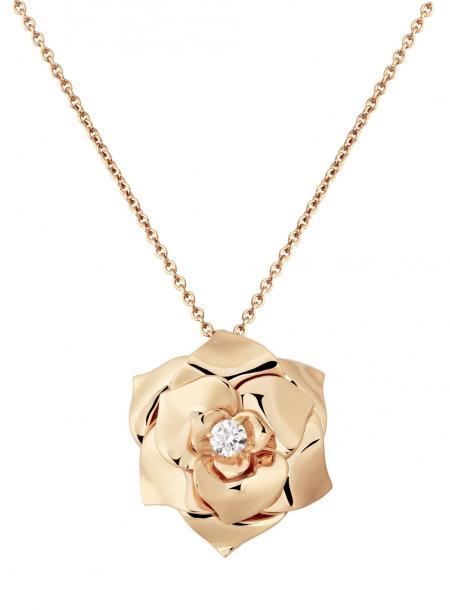 La rose Piaget du Trophée peut être portée en broche ou comme ici en pendentif.