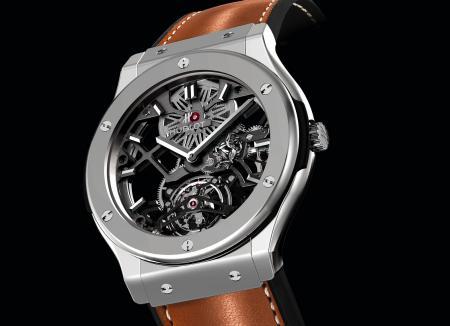 Inspirée de la ligne Classic Fusion, la montre Hublot qui célèbre les 50 ans de la Ferrari 250 GTO abrite un mouvement squelette à tourbillon.