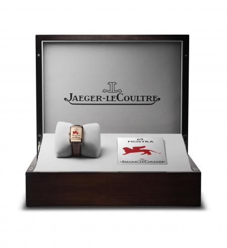 Pour le Lion d'Or, prix récompensant le meilleur film à la Mostra de Venise, Jaeger-LeCoultre remettra au lauréat ce coffret contenant une Reverso personnalisée pour l'occasion.
