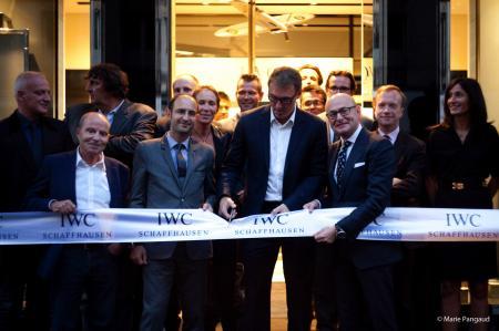 Arnaud Miara, directeur d'IWC France et Georges Kern, CEO d'IWC, entourent Laurent Blanc lors de la cérémonie du ruban.