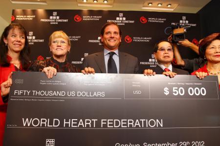 Ralph Simons, Président de Frédérique Constant aux Etats-Unis, a remis un chèque de 50 000 dollars à la Fédération Mondiale du Coeur.