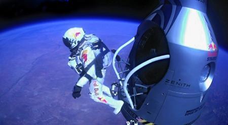 Felix Baumgartner s'élance de sa capsule spatiale à 39 045 mètres d'altitude.