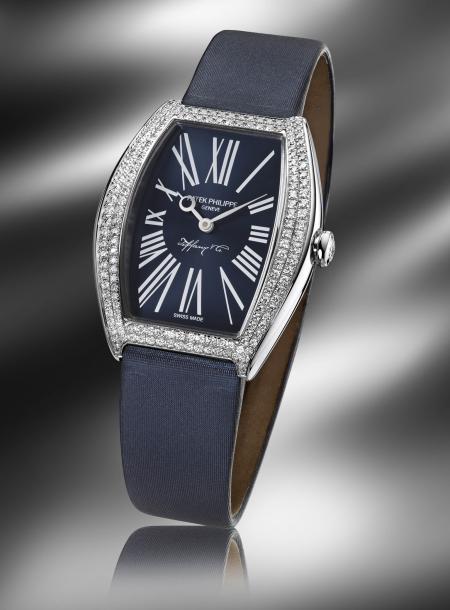 Signé Patek Philippe et Tiffany & Co, ce modèle Gondolo pour dames (réf. 4987G) est édité à 25 pièces.