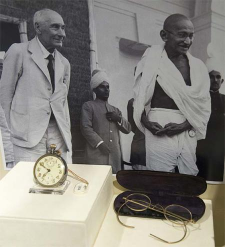 Ganghi, sa montre Zenith, ses lunettes. ©Antiquorum