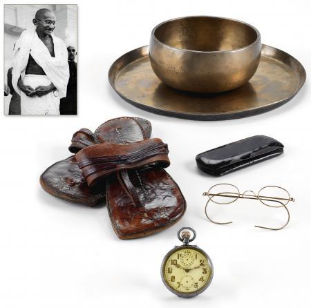 Les objets du Mahatma Gandhi réunis pour la vente Antiquorum. ©Antiquorum