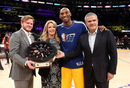 Greg Simonian, directeur de la boutique Hublot de Los Angeles, Jeanie Buss, vice présidente des Los Angeles Lakers, Kobe Bryant, star des Lakers et Ricardo Guadalupe, CEO de Hublot.