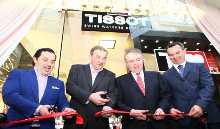 Tissot inaugure sa première boutique à Moscou. Au centre Vladislav Tretiyak, président de la fédération Russe de Hockey, et François Thiébaud, président de Tissot.
